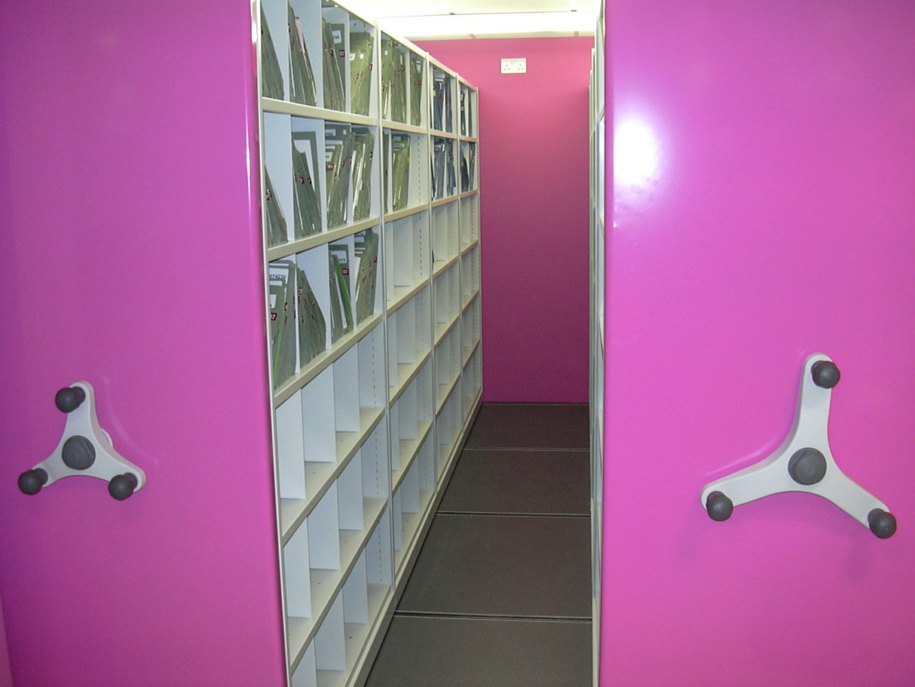 Mobile shelving end-panels bright and customised to your preference